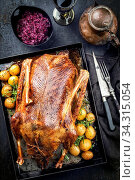 Traditional roasted stuffed Christmas duck with blue kraut and potatoes as top view on a board. Стоковое фото, фотограф Zoonar.com/H.LEITNER / easy Fotostock / Фотобанк Лори