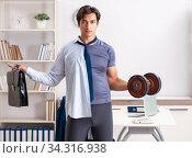 Employee combining work and healthy lifestyle. Стоковое фото, фотограф Elnur / Фотобанк Лори