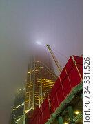 Густой туман скрывает небоскребы международного делового центра Москва-Сити. Холодный декабрьский вечер. Редакционное фото, фотограф Сергей Рыбин / Фотобанк Лори