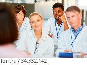 Gruppe Ärzte bei einer Mediziner Fortbildung oder Schulung hören ein Referat. Стоковое фото, фотограф Zoonar.com/Robert Kneschke / age Fotostock / Фотобанк Лори