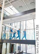 Notfall Ärzte Team auf dem Weg zur Notaufnahme im Uni Krankenhaus. Стоковое фото, фотограф Zoonar.com/Robert Kneschke / age Fotostock / Фотобанк Лори