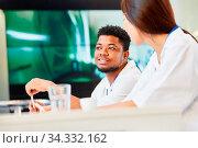Multikulturelle Medizin Studenten lernen zusammen in einem Seminar oder Workshop. Стоковое фото, фотограф Zoonar.com/Robert Kneschke / age Fotostock / Фотобанк Лори