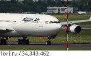 Купить «Widebody Airbus A340 taxiing before departure», видеоролик № 34343462, снято 22 июля 2017 г. (c) Игорь Жоров / Фотобанк Лори