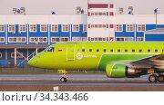 S7 Airlines Embraer 170 taxiing at Tolmachevo airport. Редакционное видео, видеограф Игорь Жоров / Фотобанк Лори
