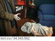 Detective holds notebook, crime scene, retro style. Стоковое фото, фотограф Tryapitsyn Sergiy / Фотобанк Лори