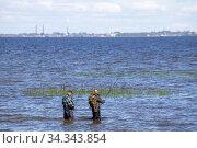 Рыбак ловит рыбу в финском заливе. Стоковое фото, фотограф Литвяк Игорь / Фотобанк Лори