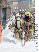 Купить «Firefighters extinguishing fire from fire hose, using fire-fighting water-foam barrel with air-mechanical foam», фото № 34344166, снято 27 апреля 2019 г. (c) А. А. Пирагис / Фотобанк Лори