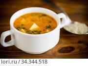 Купить «vegetarian tomato rice soup in a plate», фото № 34344518, снято 2 августа 2020 г. (c) Peredniankina / Фотобанк Лори