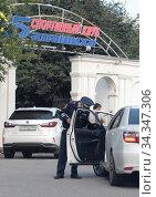 Купить «Полицейский у легкового автомобиля, город Балашиха», фото № 34347306, снято 28 июля 2020 г. (c) Дмитрий Неумоин / Фотобанк Лори