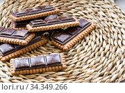 Cioccolato con biscotti su una stuoia a tavola. Стоковое фото, фотограф F. Martínez Lanza / age Fotostock / Фотобанк Лори