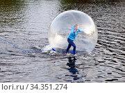 Maedchen in einem Wasser Laufball, Kemnader See, Bochum, Ruhrgebiet... Стоковое фото, фотограф Zoonar.com/Stefan Ziese / age Fotostock / Фотобанк Лори