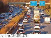 Viel Verkehr auf der Autobahn A 3, Duisburg, Ruhrgebiet, Nordrhein... Стоковое фото, фотограф Zoonar.com/Stefan Ziese / age Fotostock / Фотобанк Лори