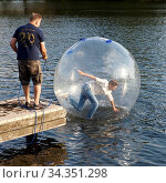 Jungendlicher in einem Wasser Laufball, Kemnader See, Bochum, Ruhrgebiet... Стоковое фото, фотограф Zoonar.com/Stefan Ziese / age Fotostock / Фотобанк Лори