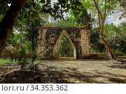 Купить «Arch and door immersed in the jungle inside the Chichen Itza archaeological...», фото № 34353362, снято 5 августа 2020 г. (c) easy Fotostock / Фотобанк Лори