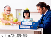 Купить «The financial advisor giving retirement advice to old couple», фото № 34359986, снято 5 августа 2020 г. (c) easy Fotostock / Фотобанк Лори