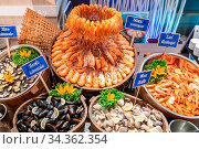 Variety of Seafood on ice buffet bar. Стоковое фото, фотограф Zoonar.com/Vichie81 / easy Fotostock / Фотобанк Лори