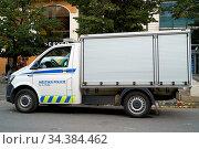 Polizeiauto während eines Polizeieinsatzes in der Innenstadt von ... Стоковое фото, фотограф Zoonar.com/Heiko Kueverling / age Fotostock / Фотобанк Лори