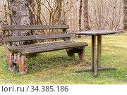 Alte antiker Rastplatz mit Gartenbank und Tisch mit Steinplatte. Стоковое фото, фотограф Zoonar.com/Alfred Hofer / easy Fotostock / Фотобанк Лори