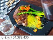 Well done beef steak with asparagus. Стоковое фото, фотограф Яков Филимонов / Фотобанк Лори