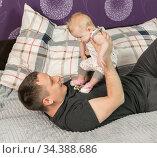 Тридцатилетний папа играет с младенцем. Стоковое фото, фотограф Наталья Гармашева / Фотобанк Лори