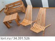 Stuhl, Tisch und Sitzbank - Vollholzmöbel aus Europaletten - Upcycling. Стоковое фото, фотограф Zoonar.com/Alfred Hofer / easy Fotostock / Фотобанк Лори
