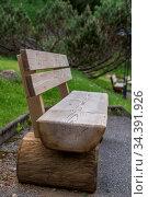 Gartenbank als Sitzbank zum Rasten - Möbel aus Vollholz. Стоковое фото, фотограф Zoonar.com/Alfred Hofer / easy Fotostock / Фотобанк Лори