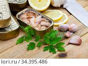 Canned tuna in open tin can with greens and lemon. Стоковое фото, фотограф Яков Филимонов / Фотобанк Лори