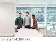 Drei junge Männer als Studenten und Freunde im Seminarraum oder im... Стоковое фото, фотограф Zoonar.com/Robert Kneschke / age Fotostock / Фотобанк Лори