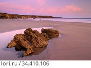 Marloes Sands at sunset, Pembrokeshire Coast National Park, Wales, UK. September 2019. Стоковое фото, фотограф Ross Hoddinott / Nature Picture Library / Фотобанк Лори