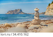 Art of stone balance, piles of stones on the Cala Baladrar beach. Costa Blanca. Spain. Стоковое фото, фотограф Alexander Tihonovs / Фотобанк Лори