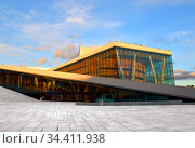 Oslo Opera House (Operahuset), home of Norwegian National Opera and Ballet, in evening at sunset in summer (2016 год). Редакционное фото, фотограф Валерия Попова / Фотобанк Лори