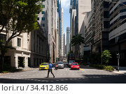 Singapore, Republic of Singapore, Man crosses a street in downtown business center . Редакционное фото, агентство Caro Photoagency / Фотобанк Лори