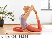 woman doing mermaid pose at yoga studio. Стоковое фото, фотограф Syda Productions / Фотобанк Лори
