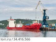 Portal crane unloading cargo container ship Sasco Angara Russian Sakhalin Shipping Company at pier container terminal seaport (2018 год). Редакционное фото, фотограф А. А. Пирагис / Фотобанк Лори