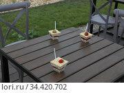 Десерт на столе в кафе. Редакционное фото, фотограф Цветкова Елена / Фотобанк Лори