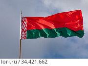 Крупным планом государственного флага Республики Беларусь развевается на ветру на фоне неба в солнечный день. Стоковое фото, фотограф Николай Винокуров / Фотобанк Лори
