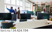 Business Team mit Mundschutz bei der Projekt Entwicklung im Großraumbüro... Стоковое фото, фотограф Zoonar.com/Robert Kneschke / age Fotostock / Фотобанк Лори