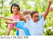 Gruppe Kinder stehen in einer Reihe bei einem Spiel beim Kindergeburtstag. Стоковое фото, фотограф Zoonar.com/Robert Kneschke / age Fotostock / Фотобанк Лори