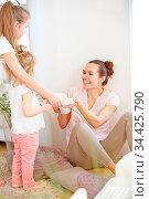 Zwei Kinder schenken ihrer Mutter Kuchen zum Geburtstag oder Muttertag. Стоковое фото, фотограф Zoonar.com/Robert Kneschke / age Fotostock / Фотобанк Лори