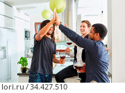 Gruppe Freunde beim Begrüßen mit High Five geben auf Party in der... Стоковое фото, фотограф Zoonar.com/Robert Kneschke / age Fotostock / Фотобанк Лори