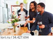 Glückliche Freunde beim Tisch decken zusammen in Studenten WG für... Стоковое фото, фотограф Zoonar.com/Robert Kneschke / age Fotostock / Фотобанк Лори