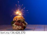 Hausgemachter Cheeseburger auf dunklem Holz. Стоковое фото, фотограф Zoonar.com/Bernd Juergens / easy Fotostock / Фотобанк Лори