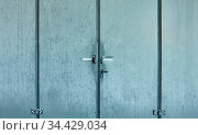 Geschlossene Tür von Lager oder Fabrik als Eingang zu Gewerbefläche. Стоковое фото, фотограф Zoonar.com/Robert Kneschke / age Fotostock / Фотобанк Лори
