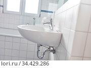 Weiße Fliesen im Badezimmer mit Waschbecken und Wanne zu Hause. Стоковое фото, фотограф Zoonar.com/Robert Kneschke / age Fotostock / Фотобанк Лори