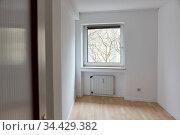 Leerer Raum als helles Zimmer mit Fenster in Altbauwohnung. Стоковое фото, фотограф Zoonar.com/Robert Kneschke / age Fotostock / Фотобанк Лори