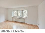 Großer leerer Raum als Wohnzimmer in Wohnung nach Renovierung in ... Стоковое фото, фотограф Zoonar.com/Robert Kneschke / age Fotostock / Фотобанк Лори