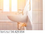 Waschbecken im hellen weißen Bad mit Fenster für Tageslicht und Sonnenschein. Стоковое фото, фотограф Zoonar.com/Robert Kneschke / age Fotostock / Фотобанк Лори