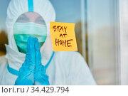 Klebenotiz Zettel mit Stay at Home Nachricht an Tür von Klinik als... Стоковое фото, фотограф Zoonar.com/Robert Kneschke / age Fotostock / Фотобанк Лори