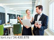 Junge Geschäftsfrau mit Akte fragt einen Kollegen um Rat im Büro. Стоковое фото, фотограф Zoonar.com/Robert Kneschke / age Fotostock / Фотобанк Лори
