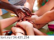 Viele Kinder im Kindergarten stapeln Hände als Gruppe. Стоковое фото, фотограф Zoonar.com/Robert Kneschke / age Fotostock / Фотобанк Лори